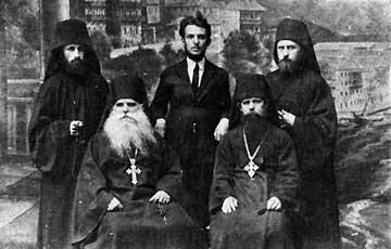 Будущий автор книги о старце Силуане Афонском, отец Софроний, с духовниками и братией Пантелеимонова монастыря на Афоне, 1926 г.